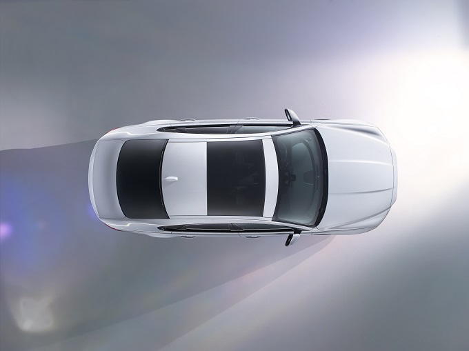 Nuova Jaguar XF, prima del debutto a New York viaggerà sul filo del rasoio