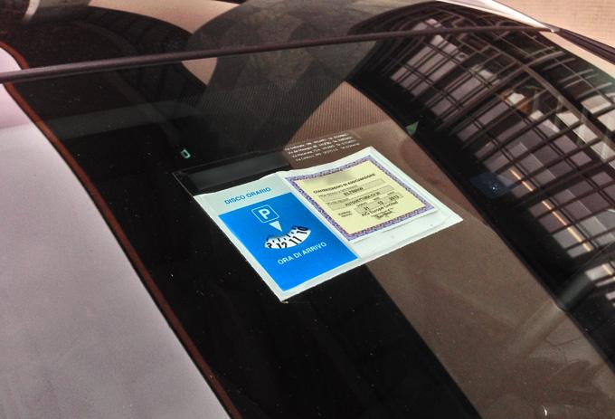 Assicurazione auto, addio al tagliando cartaceo da esporre sul parabrezza