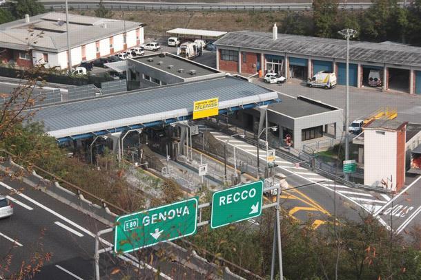 A12: si lancia dal viadotto per sfuggire alla polizia