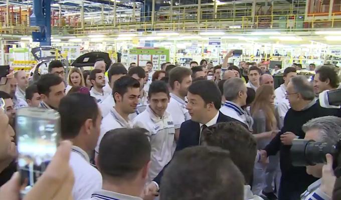 """Matteo Renzi all'impianto FCA di Melfi: """"Non vedo l'ora di potermi comprare un'Alfa Romeo"""" [VIDEO]"""