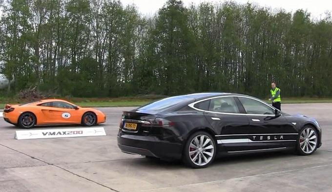 La Tesla P85D dà lezione di accelerazione al VMAX200 Hypermax [VIDEO]