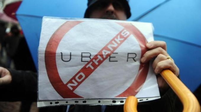 """UberPop bloccata dal Tribunale di Milano: """"E' concorrenza sleale"""""""