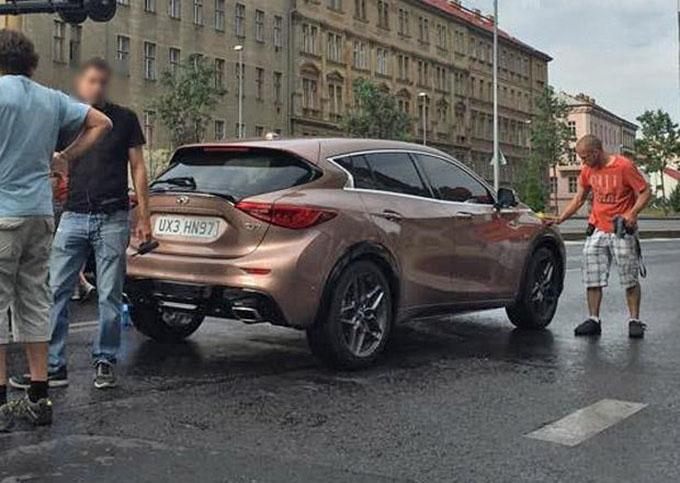 Infiniti Q30 immortalata per strada a Praga