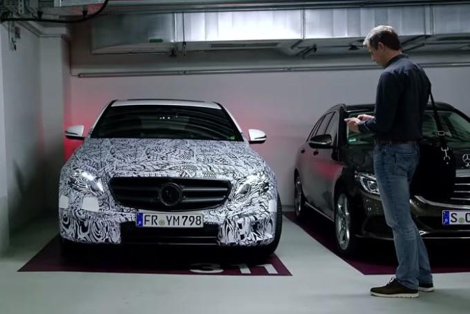 Mercedes Classe E MY 2017: anteprima del sistema di parcheggio da remoto [VIDEO]