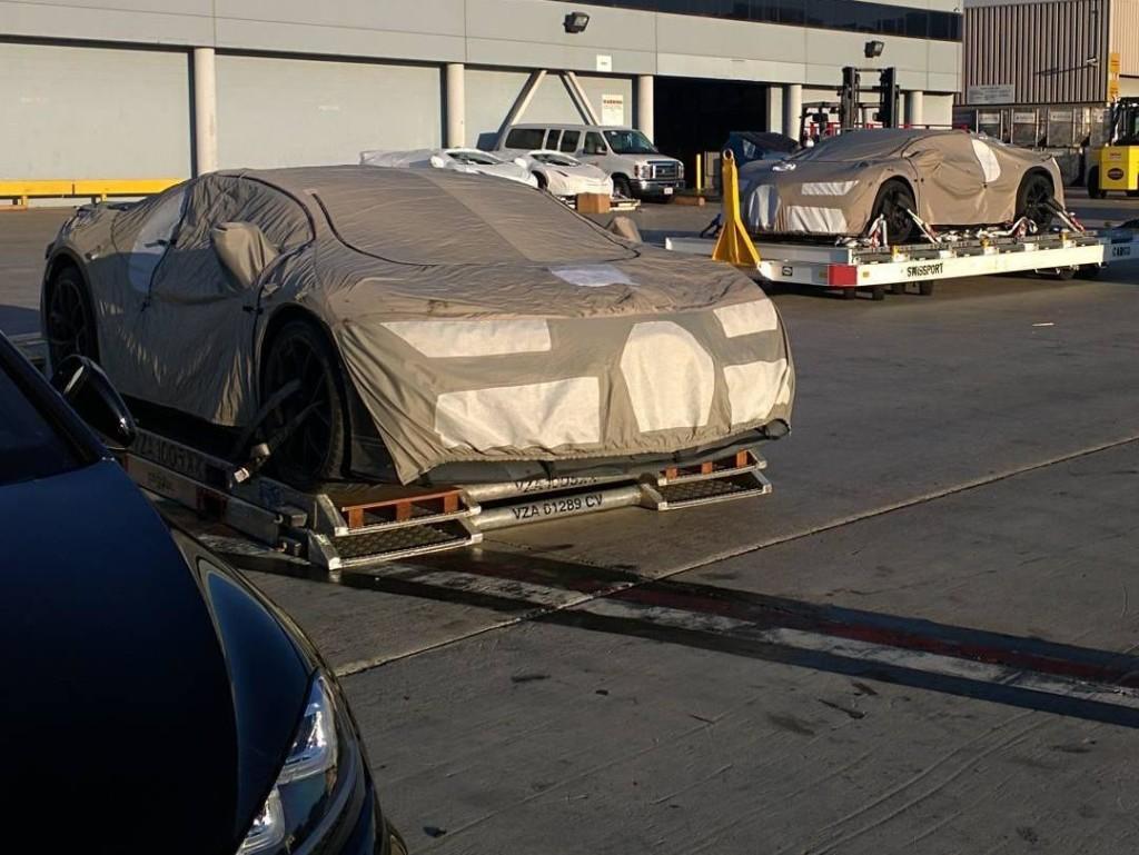 Bugatti Chiron, una coppia di prototipi nascosti sotto il telo immortalata a Los Angeles