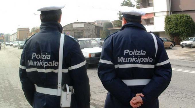 Vigili urbani insultati su Facebook, il comandante denuncia gli autori e il caso finisce in Procura