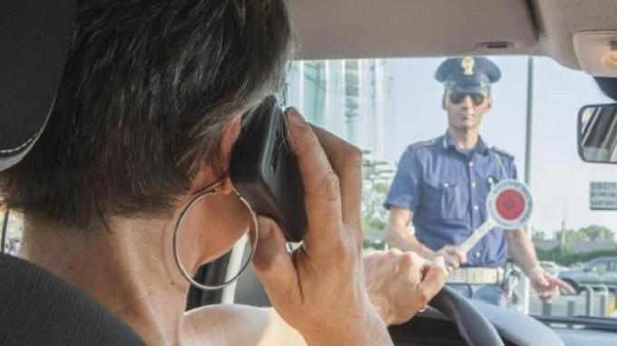 Cellulare al volante: a Genova in pochi giorni centinaia di multe