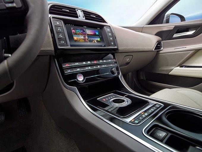 Jaguar XE presenta le sue migliori tecnologie di intrattenimento e di assistenza alla guida