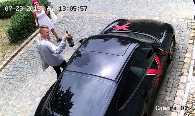 Porsche 911, un ragazzo la vandalizza in modo selvaggio [VIDEO]