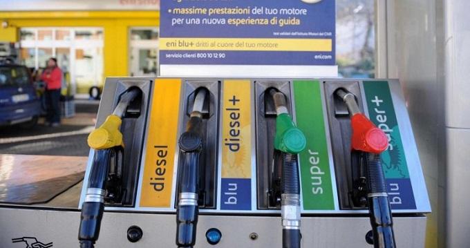 Benzina, il prezzo del petrolio cala ma alla pompa non si vede