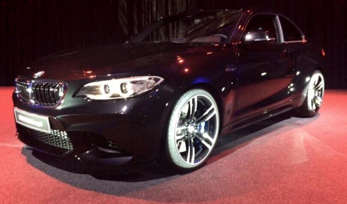 BMW M2 Coupe in livrea Shappire Black