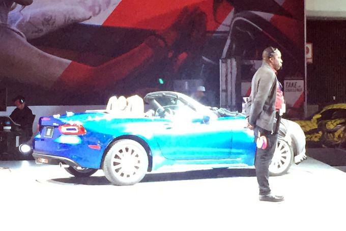"""Fiat 124 Spider: prima FOTO """"rubata"""" al Salone di Los Angeles"""