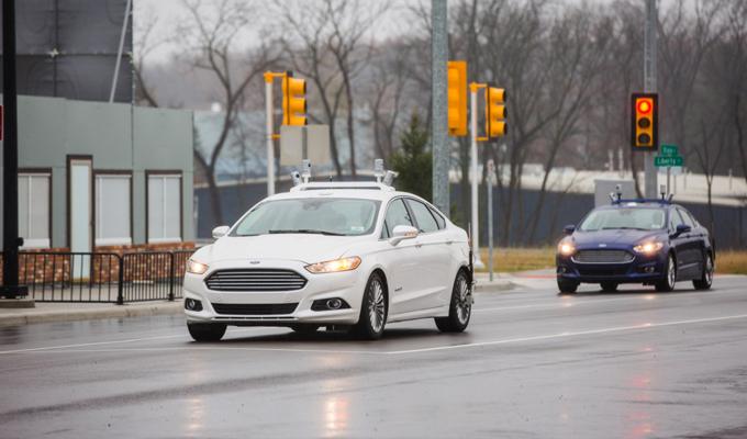 Ford Fusion Hybrid con sistemi di guida autonoma a MCity