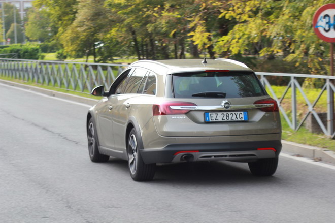 Opel_Insignia_Country_Tourer_prova_su_strada_16