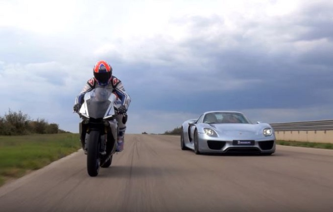 porsche 918 spyder vs yamaha yzf r1 duello in pista con. Black Bedroom Furniture Sets. Home Design Ideas
