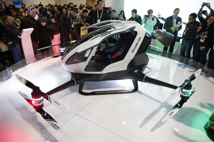 Ehang 184, il drone gigante che trasporta le persone: al CES 2016 nuovo passo verso l'auto volante