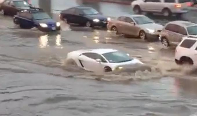 Lamborghini Gallardo, inarrestabile anche davanti ad un'inondazione a San Diego [VIDEO]