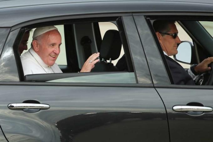 La Fiat 500L di Papa Francesco è all'asta: a un'ora dal termine siamo già a 300.000 dollari