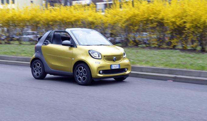 Nuova smart fortwo cabrio: le caratteristiche della piccola roadster in un divertente video tutorial