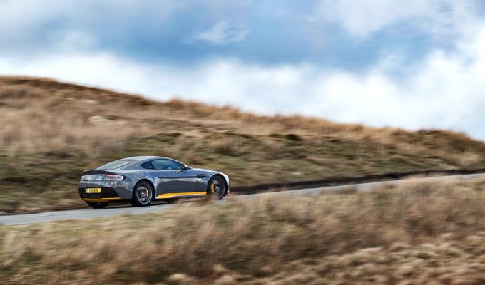 Aston Martin V12 Vantage S: un nuovo esempio di energica vitalità [VIDEO]