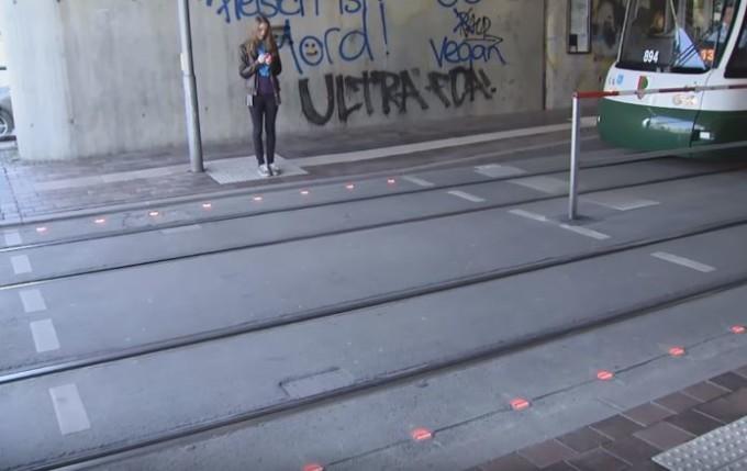 Germania, semafori a terra per i pedoni con la testa china sullo smartphone