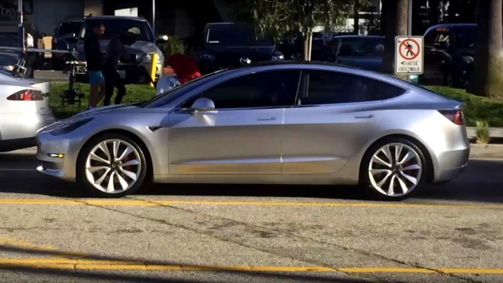 Tesla Model 3, il futuro delle auto elettriche è luminoso