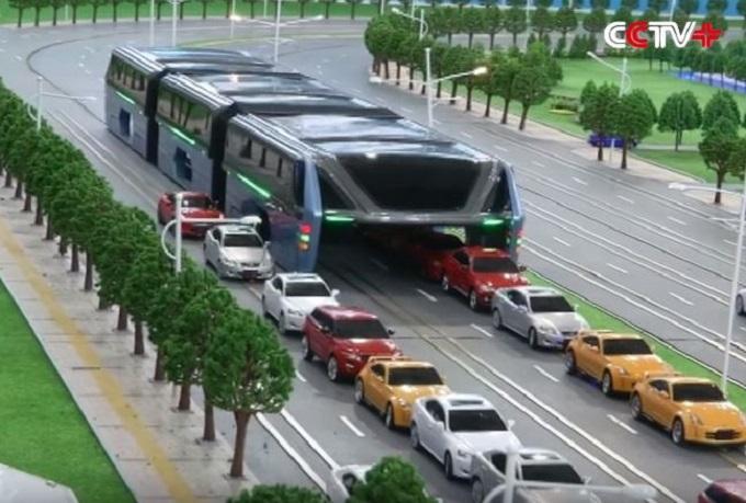 Cina, presentato il bus del futuro: è sopraelevato sui binari per aggirare il traffico cittadino [VIDEO]