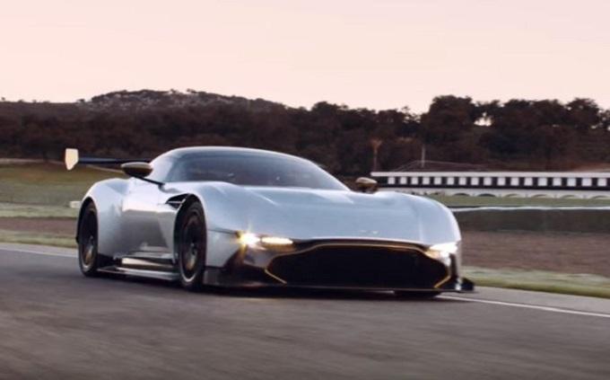 """Aston Martin Vulcan e Koenigsegg One:1: sfida ai """"cloni"""" con Castrol Edge [VIDEO]"""