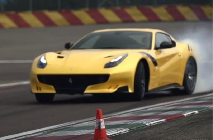 Supercar e drift, così Chris Harris, conduttore di Top Gear, si diverte in pista [VIDEO]