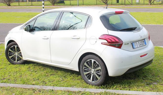 Peugeot_208_exterior_&_interior_07