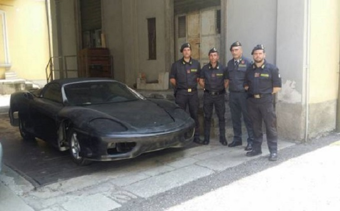 """Ferrari 360 Modena """"taroccata"""" sequestrata dalla Guardia di Finanza alla dogana"""
