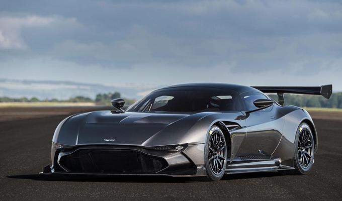 Aston Martin Vulcan: boati di potenza sul tracciato di Le Mans [VIDEO]