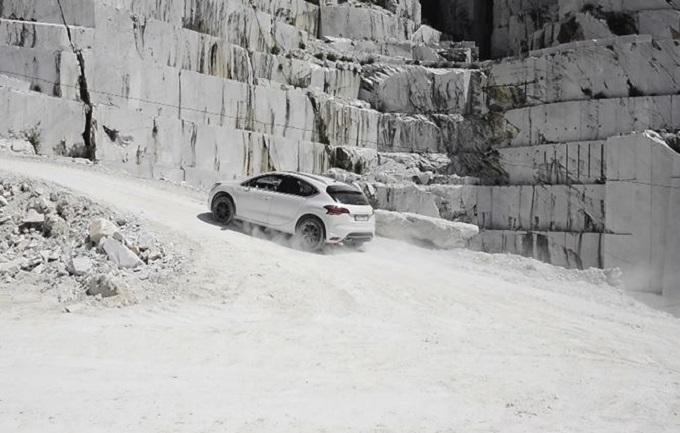 Nuova DS4 Crossback, passo sicuro tra le cave di marmo delle Alpi Apuane [VIDEO]