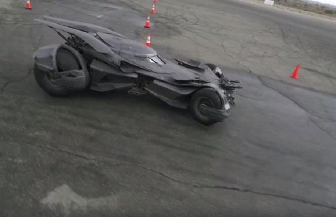 Spettacolo con la nuova Batmobile: dietro le quinte del test drive [VIDEO]