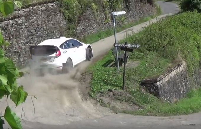 Ford Fiesta M-Sport WRC, salti e derapate sulle strade del Rally di Germania [VIDEO]