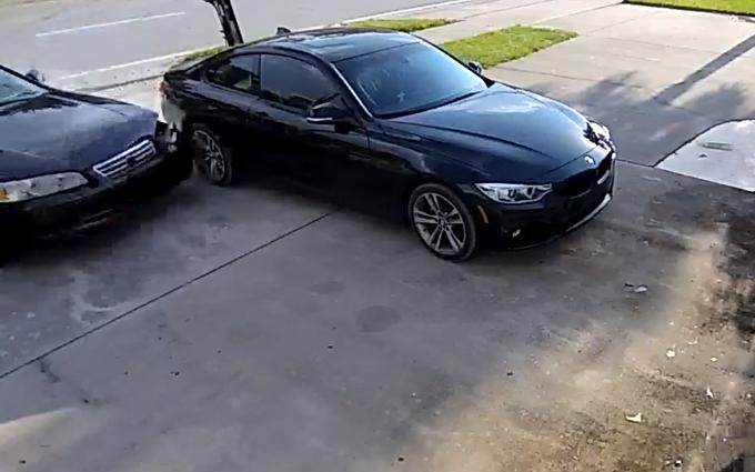 Parcheggio fai da te: entrare nel garage eseguendo un drift [VIDEO]