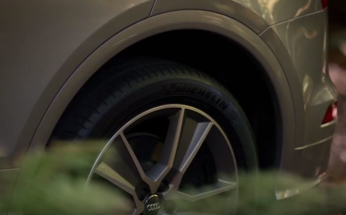 La nuova Audi Q5 avrà le sospensioni pneumatiche regolabili [VIDEO TEASER]