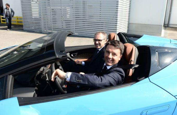 Matteo Renzi fa visita alla Lamborghini e si mette alla guida della Huracan Spyder