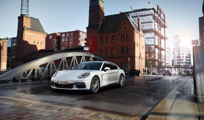 Nuova Porsche Panamera 4 E-Hybrid: comfort, vivacità e un cuore ibrido [VIDEO]