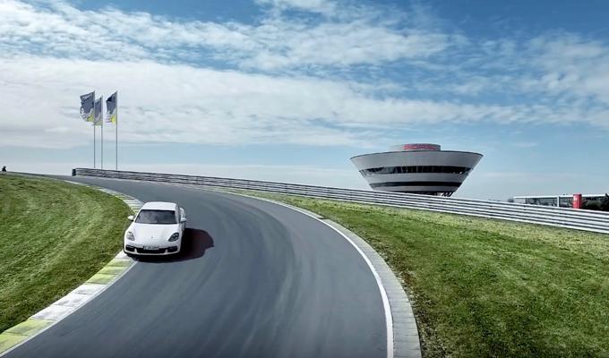 Nuova Porsche Panamera 4 E-Hybrid: l'esuberanza dell'ibrido su pista [VIDEO]
