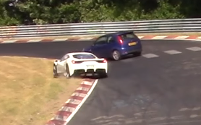 Ferrari 458 Speciale: evitato lo scontro con una Ford Fiesta al Nurburgring [VIDEO]