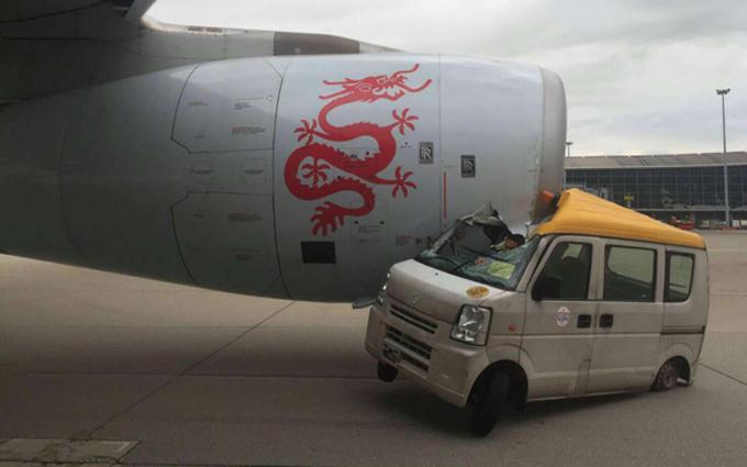 Hong Kong: un furgone si scontra con un aereo [VIDEO]