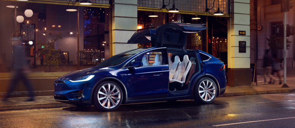 Tesla Model X al Salone di Parigi 2016 [VIDEO]
