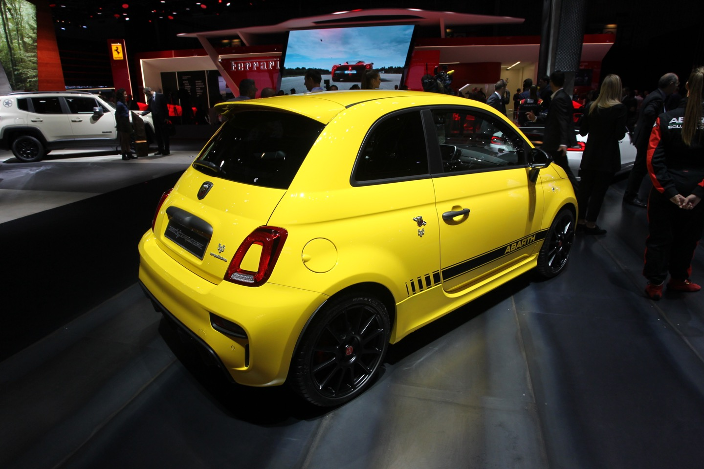 la nuova abarth 595 punge il salone di parigi 2016 foto live. Black Bedroom Furniture Sets. Home Design Ideas
