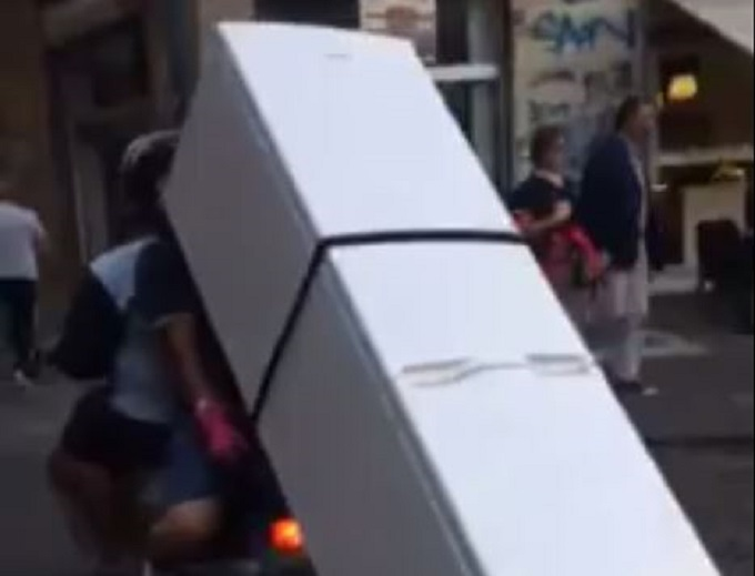 Napoli, in due con lo scooter trasportano un frigorifero [VIDEO]