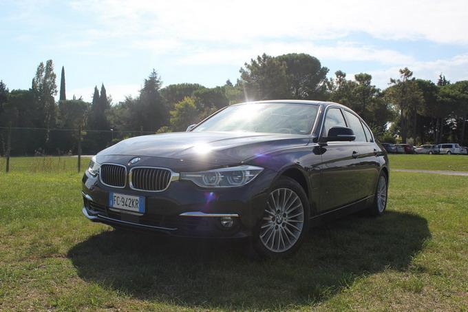 BMW Serie 3 330e: l'ibrida diventa ora plug-in, per un casa-lavoro on