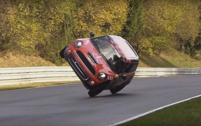 Il funambolico giro da record del Nurburgring sulle due ruote di una Mini [VIDEO]
