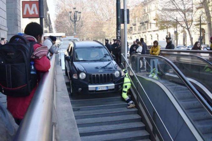 Torino, automobilista giù verso il parcheggio sotterraneo, ma erano le scale della Metro