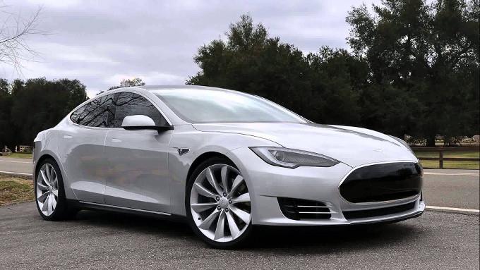 Una Tesla Model S evita la collisione autonomamente  [VIDEO]