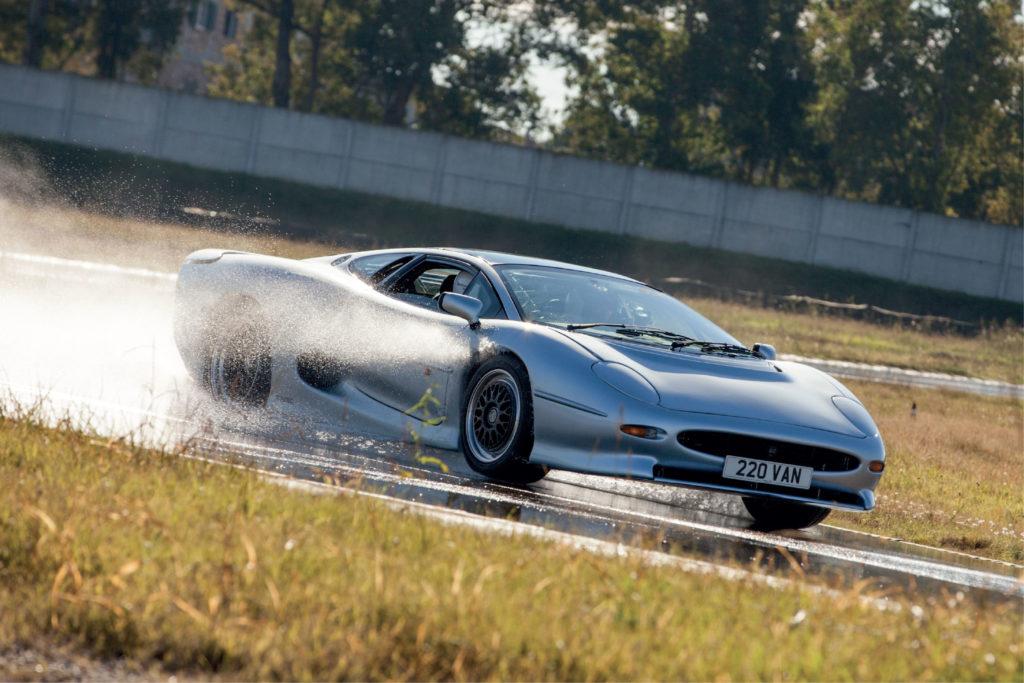 Jaguar XJ220: Bridgestone e Don Law la riporteranno su strada [VIDEO]